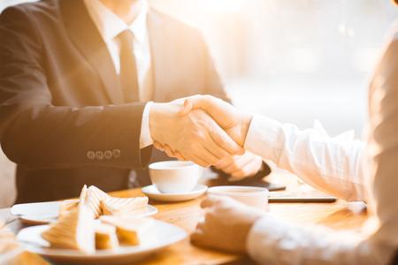 ビジネス パートナーの固い握手