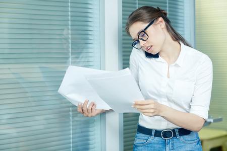 Hübscher Manager konzentrierte sich auf Arbeit Standard-Bild - 86381502