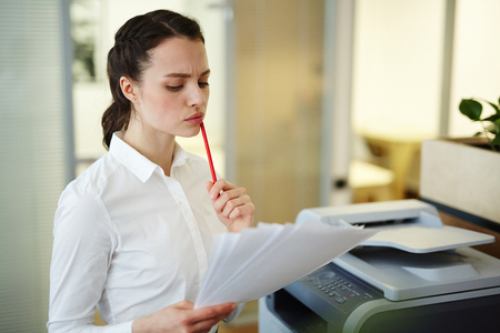 xerox: Reading terms of contract Stock Photo