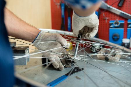 自転車の車輪の中央に固定ボルトの修理