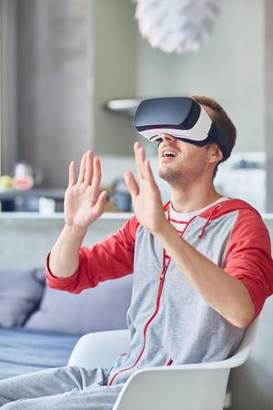 Hombre en realidad virtual Foto de archivo - 87610216