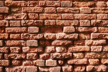 초라한 건설 또는 집의 절반 파괴 붉은 벽돌 벽