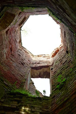 ラウンドのビューの下半分台無しにされ、城塞の壁を放棄 写真素材 - 87575655