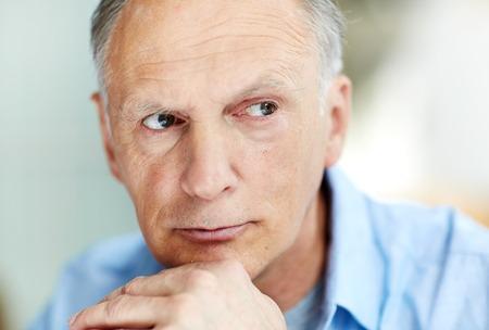 物思いにふける年配の男性の肖像画 写真素材