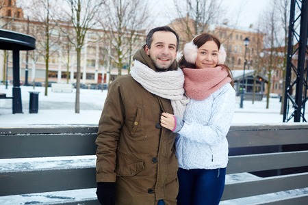 Active couple during winter 版權商用圖片