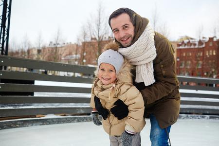 링크에서 딸과 스케이트 타기