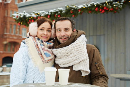 Bonding couple in winter snow Imagens - 87935009