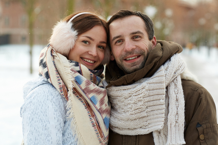 Attraction of couple in winter snow Imagens - 87935008