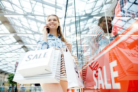 vrouw Telefoon praten na het winkelen Stockfoto