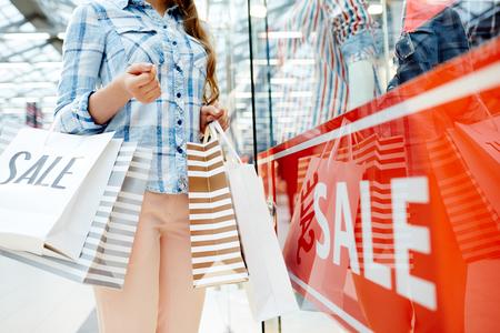 Hete verkoop dame met papieren zakken Stockfoto