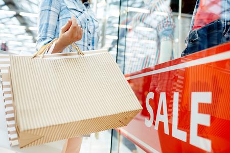 Shopper op etalage Stockfoto - 87945620