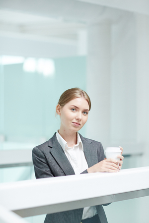 広々としたオフィスロビーでのコーヒーブレイク