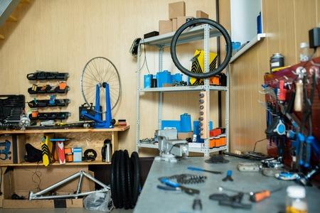 Lugar de trabajo de reparador experto de bicicletas con todas las herramientas necesarias Foto de archivo - 89513782