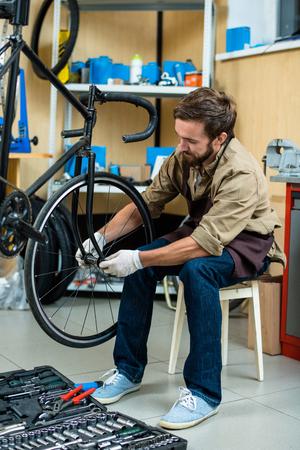 自転車のホイールの修復 写真素材