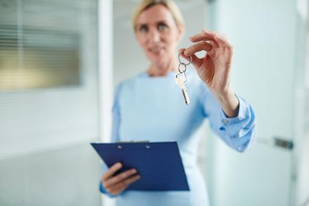 Schlüssel in der Hand Standard-Bild - 89719527