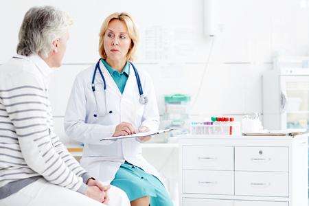 Luisteren naar klachten van patiënten Stockfoto