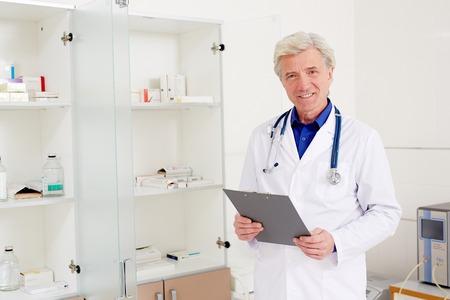 Senior clinician Фото со стока