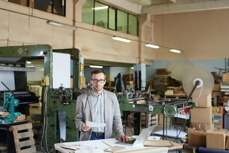 Werken in de fabriek Stockfoto