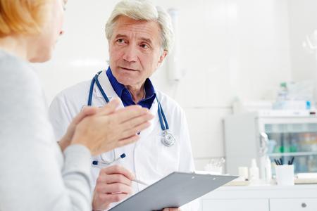 Luisteren naar zieke patiënt