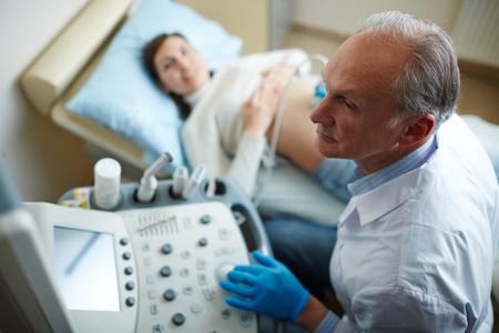 Examining pregnant woman 스톡 콘텐츠