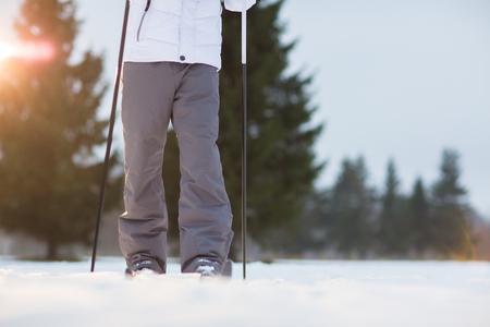 따뜻한 겨울 바지에서 인간의 다리 wintery 하루에 snowdrift에서 스키 중 스톡 콘텐츠
