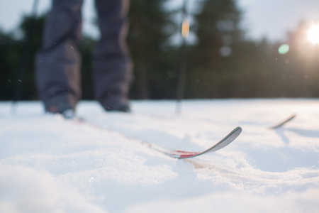 스키 트랙 및 인간의 스키에 서있는 공원에서 훈련하는 동안 흰 눈