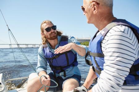 Bearded man explaining sailing rules Stockfoto - 104920083