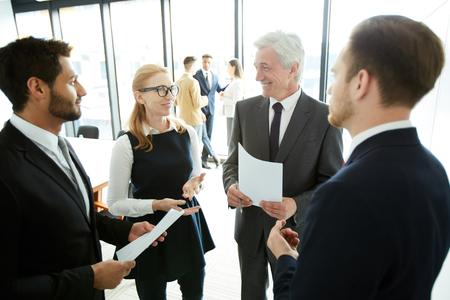 Positive business people discussing forum topics Banco de Imagens