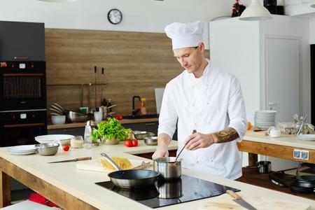 Cocinero profesional haciendo salsa