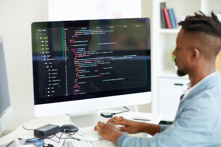 Développeur Web codant le langage informatique