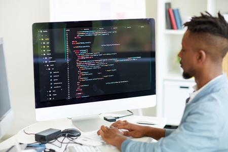 Sviluppatore Web che codifica il linguaggio del computer