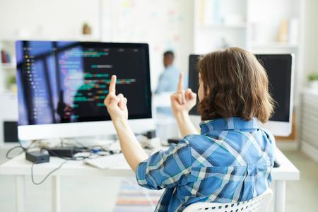 Mann, der Zeichen zum Computer vorführt