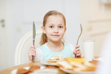 Content kid ready to eat 版權商用圖片