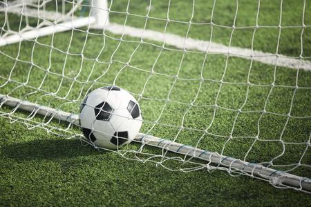 Balón de fútbol en la puerta Foto de archivo