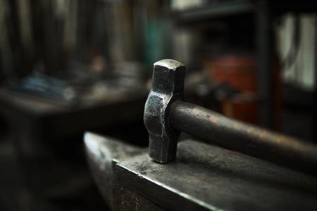 Steel hammer on anvil Standard-Bild