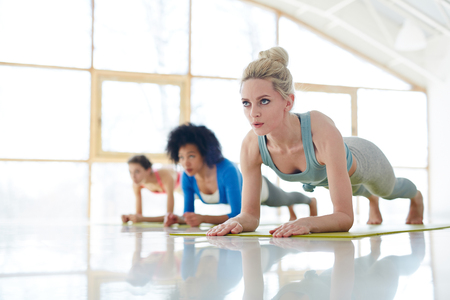 Confident sportive women training together Imagens