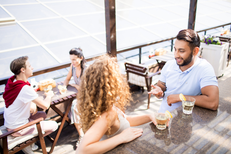 Couple in outdoor cafe Imagens - 106960037
