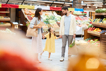 Happy young family purchasing food together Фото со стока - 112973921