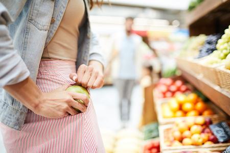 Apfel im Lebensmittelladen stehlen