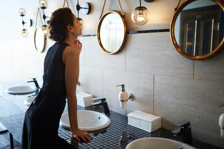 Mujer, en, cuarto de baño Foto de archivo