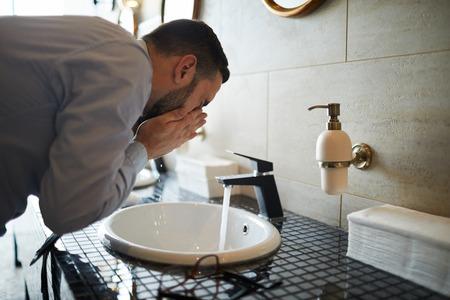 Washing face Standard-Bild - 115177201
