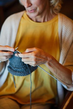 Knitting scarf Фото со стока
