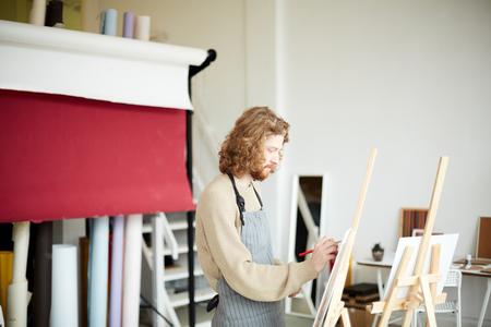 Painting in studio Imagens