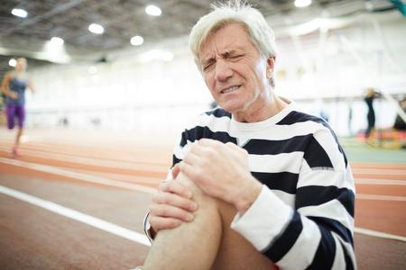 Pain in knee Archivio Fotografico - 113326708