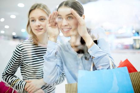 Peering in display Stockfoto