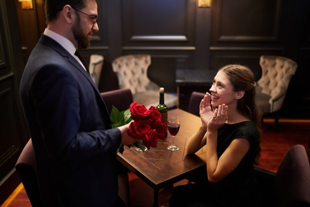 Surprise with roses Imagens - 115709670