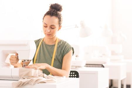 Frau an der Nähmaschine Standard-Bild