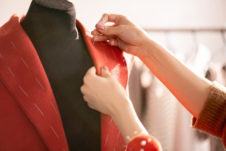 Lavorando sopra il cappotto rosso Archivio Fotografico