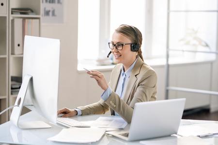 Callcenter-Vertreter, der technische Probleme der Kunden löst