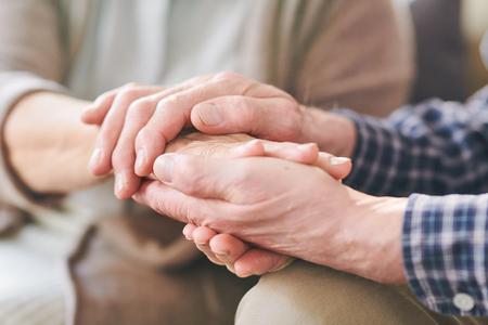 Senior hombre y mujer tomados de la mano como símbolo de unión, apoyo y cuidado